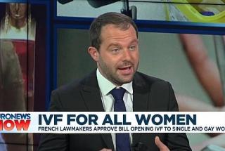 Umělé oplodnění pro lesbické páry a svobodné ženy dostalo ve Francii zelenou